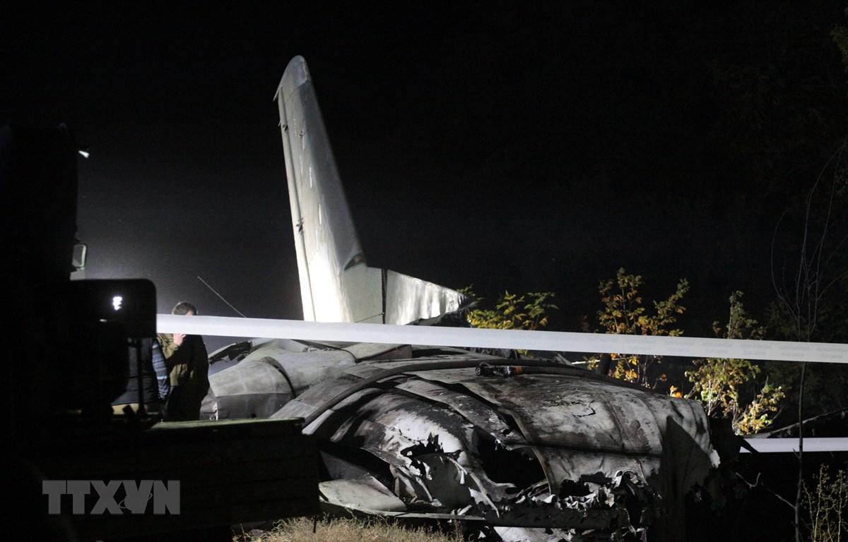 Hiện trường vụ rơi máy bay vận tải quân sự Antonov-26 gần căn cứ không quân Chuhuiv ngày 25/9/2020. (Ảnh: AFP/TTXVN)