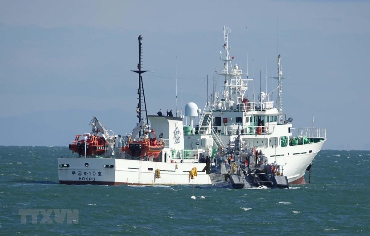 Tàu của Lực lượng Bảo vệ Bờ biển Hàn Quốc tham gia tìm kiếm công dân nước này bị quân đội Triều Tiên bắn chết, ở ngoài khơi đảo Yeonpyeong, ngày 25/9/2020. (Ảnh: Yonhap/TTXVN)