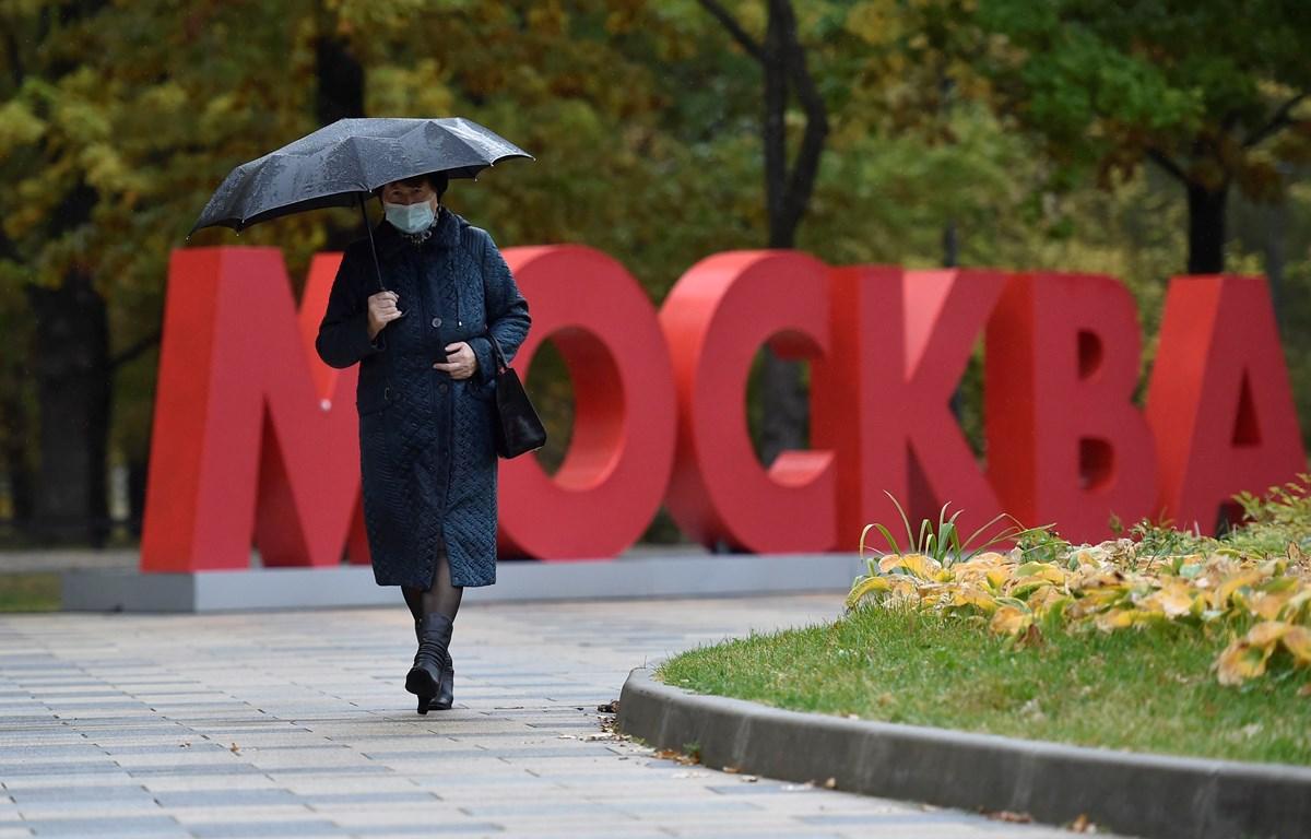 Người dân đeo khẩu trang phòng lây nhiễm COVID-19 tại Moskva, Nga, ngày 28/9/2020. (Ảnh: AFP/TTXVN)
