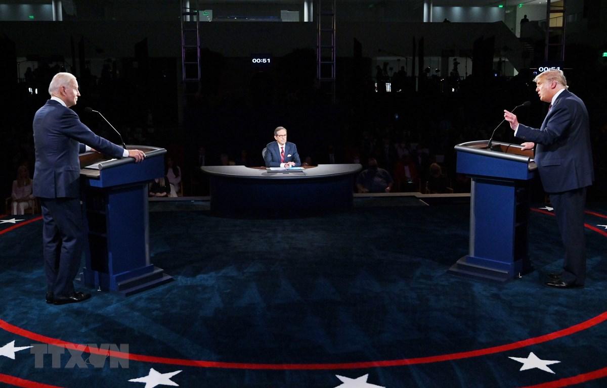Đương kim Tổng thống Mỹ Donald Trump (phải) và ứng cử viên Tổng thống đảng Dân chủ Joe Biden (trái) tại vòng tranh luận trực tiếp đầu tiên. (Ảnh: AFP/TTXVN)