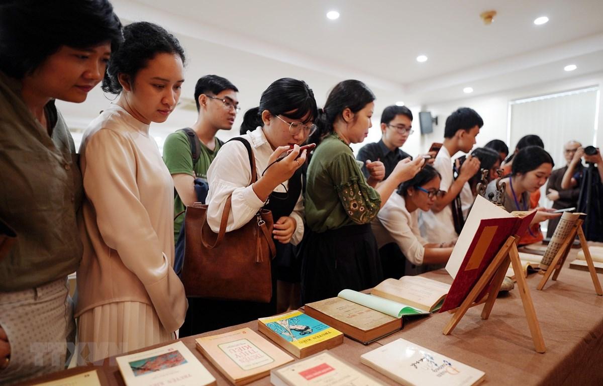 Khách mời xem các ấn bản Truyện Kiều trong và ngoài nước tại khu vực trưng bày. (Ảnh: Thu Hương/TTXVN)