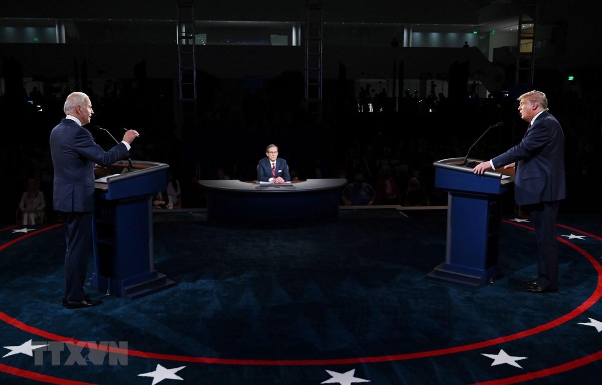 Ứng viên tranh cử Tổng thống Mỹ của đảng Dân chủ Joe Biden (trái) và Tổng thống đương nhiệm Donald Trump (phải) trong cuộc tranh luận đầu tiên được truyền hình trực tiếp, tại Cleveland, bang Ohio ngày 29/9/2020. (Ảnh: AFP/TTXVN)