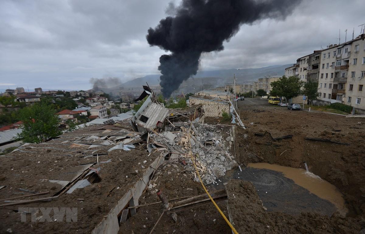 Khói bốc lên sau một vụ pháo kích trong xung đột giữa lực lượng Armenia và Azerbaijan tại Stepanakert, thủ phủ khu vực tranh chấp Nagorno-Karabakh, ngày 4/10/2020. (Ảnh: AFP/TTXVN)