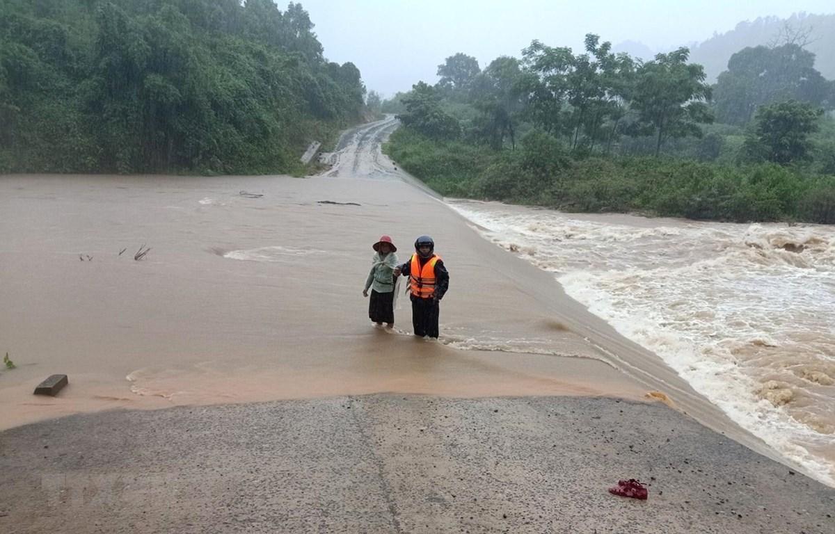 Mưa lớn khiến một số đường giao thông trên địa bàn tỉnh Quảng Trị gây khó khăn và nguy hiểm cho người dân. (Ảnh: TTXVN phát)