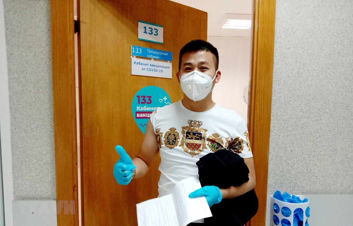 Anh Hồ Anh Tuấn (quê Nghệ An) tự nguyện tham gia chương trình vắcxin vì mục đích kinh tế tại bệnh viện số 220 ở trung tâm Moskva. (Ảnh: Trần Hiếu/TTXVN)
