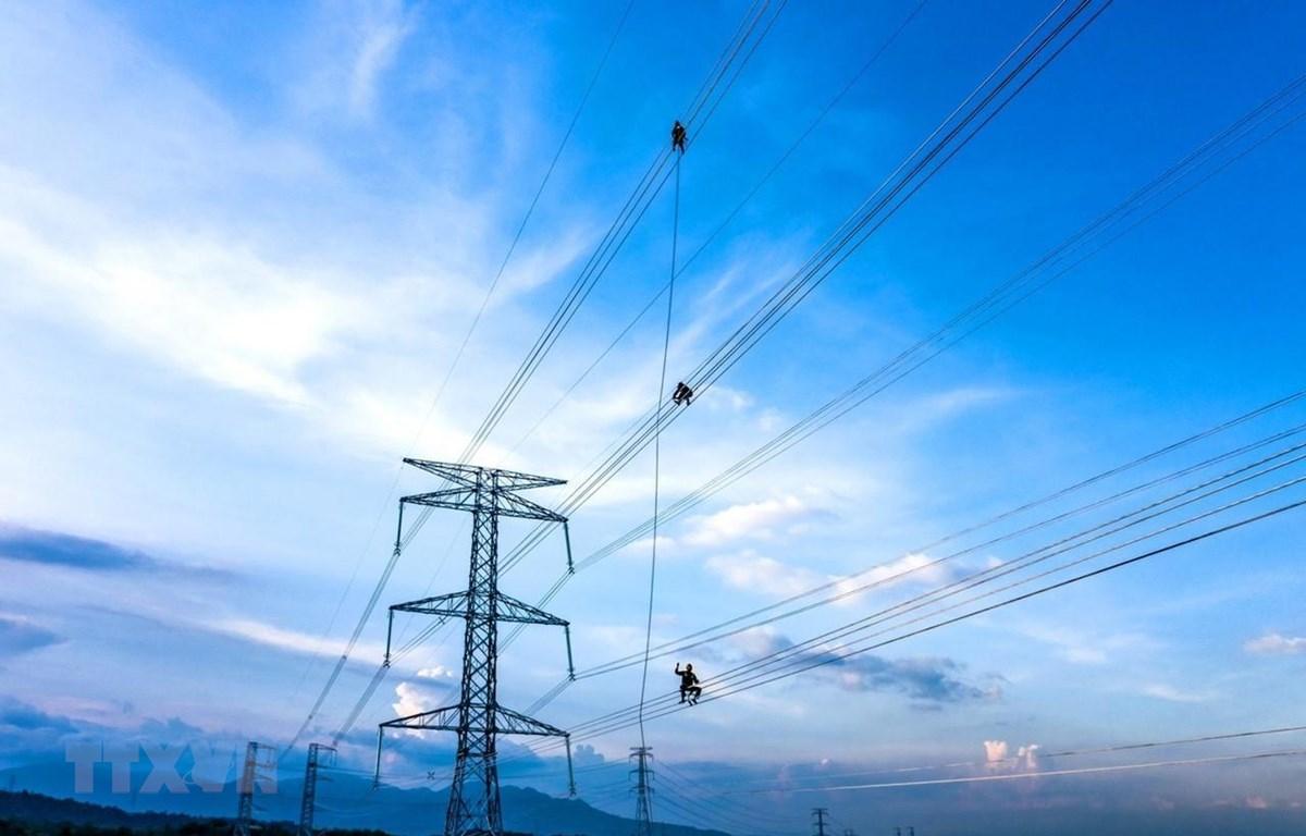 Thi công dự án đường dây truyền tải 500 kV, 220 kV tại huyện Thuận Nam để giải tỏa công suất điện các dự án năng lượng tái tạo. (Ảnh: Công Thử/TTXVN)