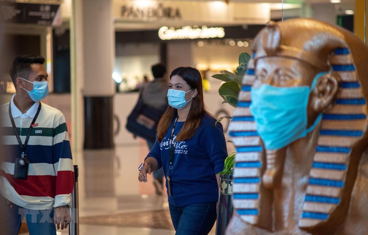 Người dân đeo khẩu trang phòng lây nhiễm COVID-19 tại Kuala Lumpur, Malaysia. (Ảnh: AFP/TTXVN)