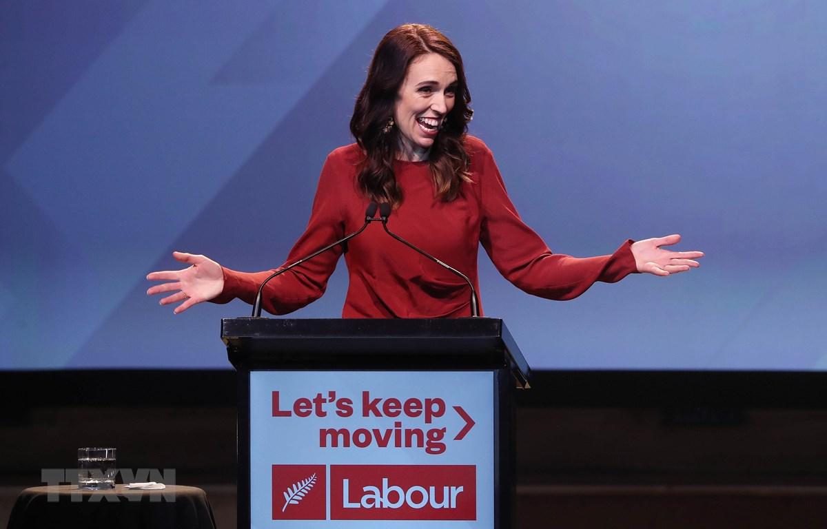 Thủ tướng New Zealand Jacinda Ardern mừng chiến thắng sau kết quả bầu cử tại Auckland, ngày 16/10/2020. (Ảnh AFP/TTXVN)