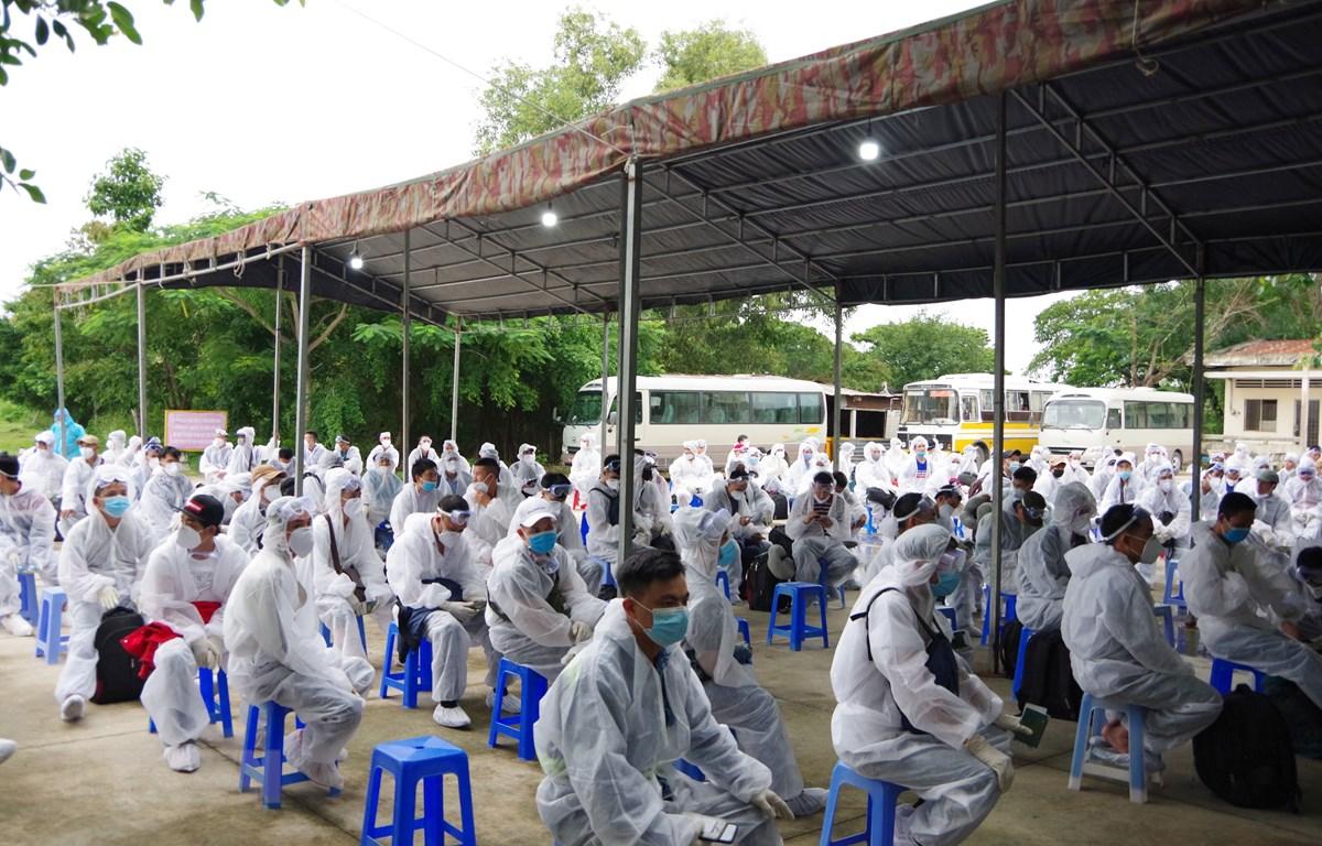 Các công dân được tiếp nhận, thực hiện cách ly tại Trường Quân sự tỉnh Sóc Trăng. (Ảnh: Chanh Đa/TTXVN)