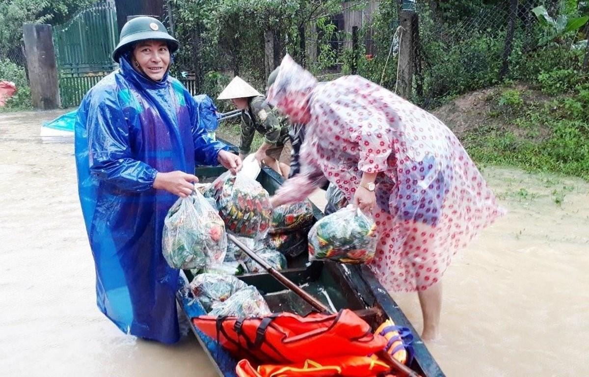Lực lượng biên phòng Quảng Bình hỗ trợ nhân dân ứng phó mưa lũ. (Ảnh: TTXVN phát)