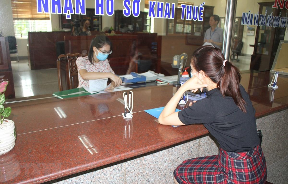 Người dân làm thủ tục tại Cục thuế tỉnh Ninh Bình. (Ảnh: Hải Yến/TTXVN)