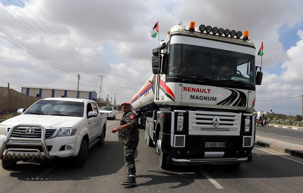 Xe bồn chở nhiên liệu do Qatar hỗ trợ cung cấp cho nhà máy phát điện tại Dải Gaza. (Nguồn: Reuters)