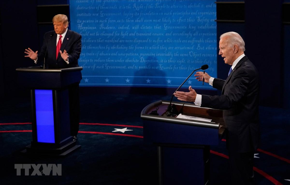 Đương kim Tổng thống Mỹ Donald Trump (trái) và ứng viên Tổng thống của đảng Dân chủ Joe Biden tại vòng tranh luận trực tiếp cuối cùng ở thành phố Nashville, bang Tennesse tối 22/10/2020 (giờ Mỹ). (Ảnh: AFP/TTXVN)