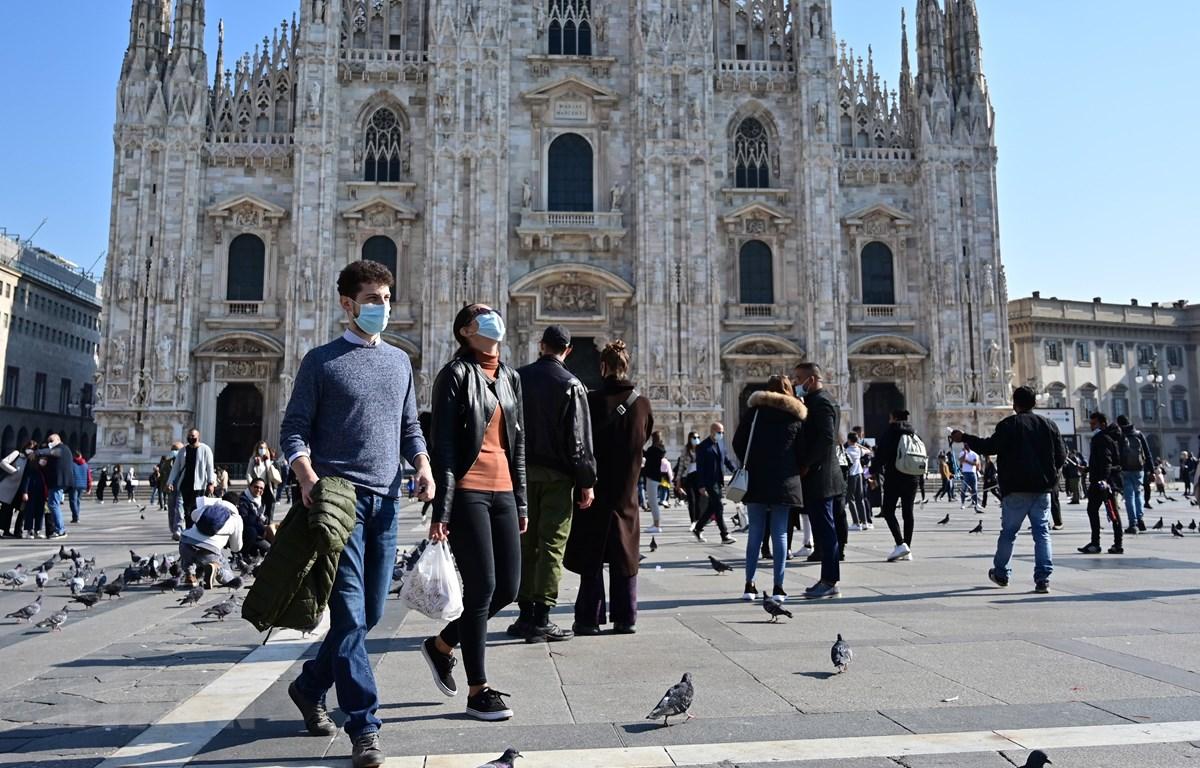 Người dân đeo khẩu trang phòng dịch COVID-19 tại Quảng trường del Duomo ở Milan, Italy ngày 17/10/2020. (Ảnh: AFP/TTXVN)