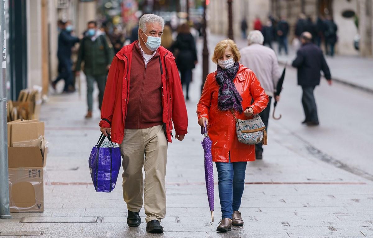 Người dân đeo khẩu trang phòng dịch COVID-19 tại Burgos, Tây Ban Nha ngày 21/10/2020. (Ảnh: AFP/TTXVN)