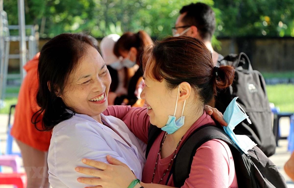 Cảm xúc của y, bác sỹ và công dân lúc chia tay sau khi hoàn thành thời gian cách ly y tế. (Ảnh: Thanh Hải/TTXVN)