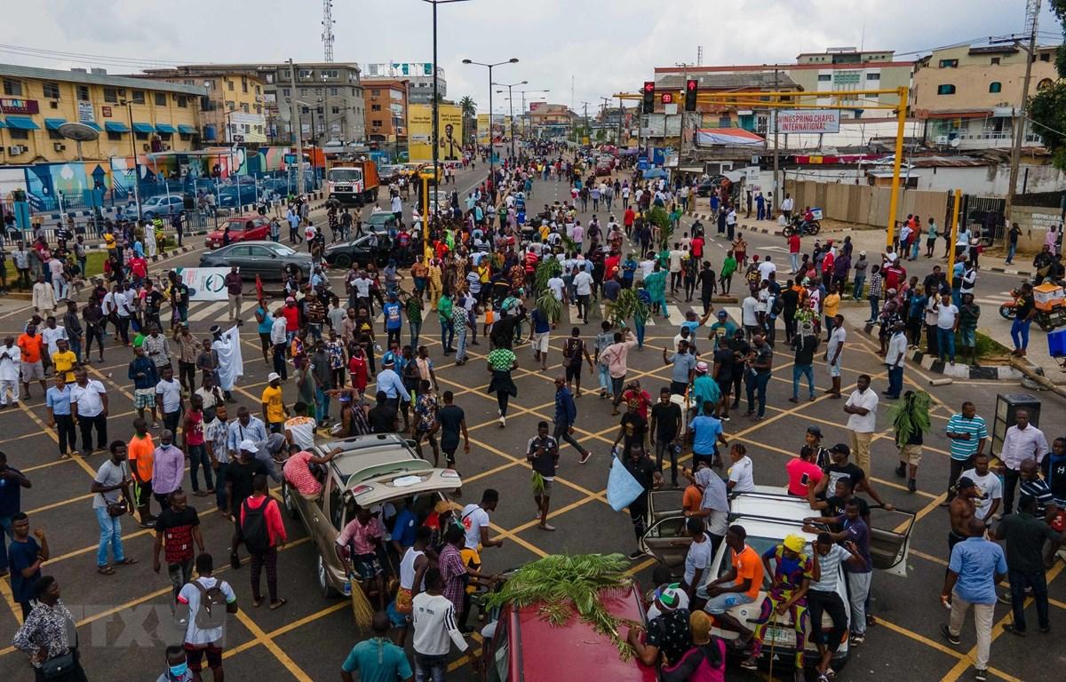 Người biểu tình phong tỏa một tuyến đường ở thành phố Lagos, Nigeria ngày 19/10/2020. (Ảnh: AFP/TTXVN)