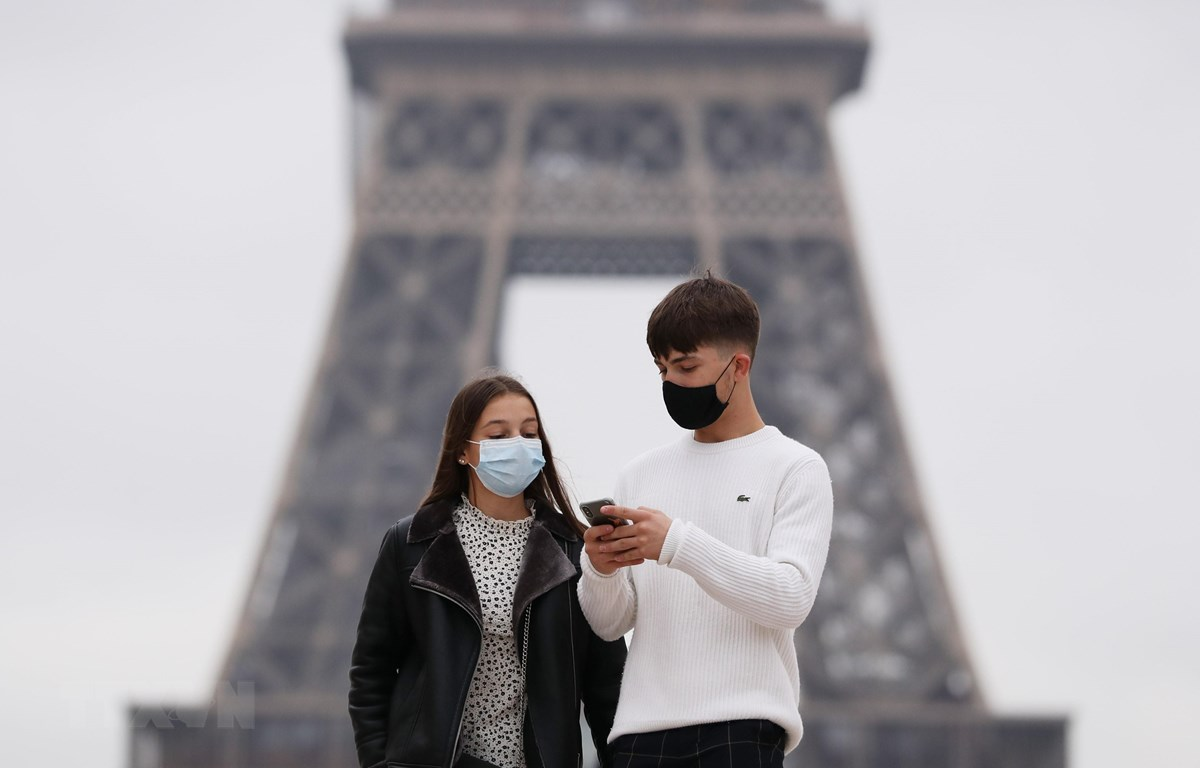 Người dân đeo khẩu trang phòng dịch COVID-19 tại Paris, Pháp ngày 23/10/2020. (Ảnh: THX/TTXVN)