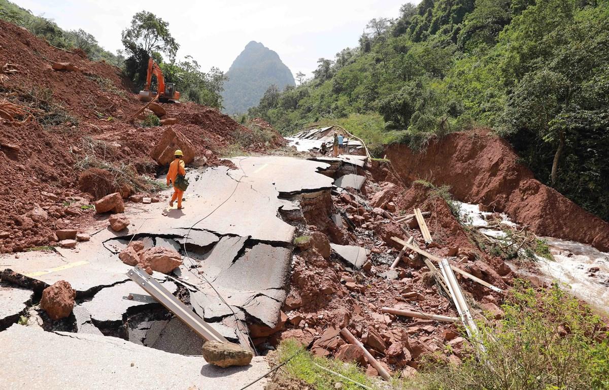 Quốc lộ 12A đi Cửa khẩu quốc tế Cha Lo, đoạn từ Km136+850 đến Km137+350 thuộc địa bàn xã Dân Hóa, huyện Minh Hóa, Quảng Bình bị sập hoàn toàn. (Ảnh: Vũ Sinh/TTXVN)
