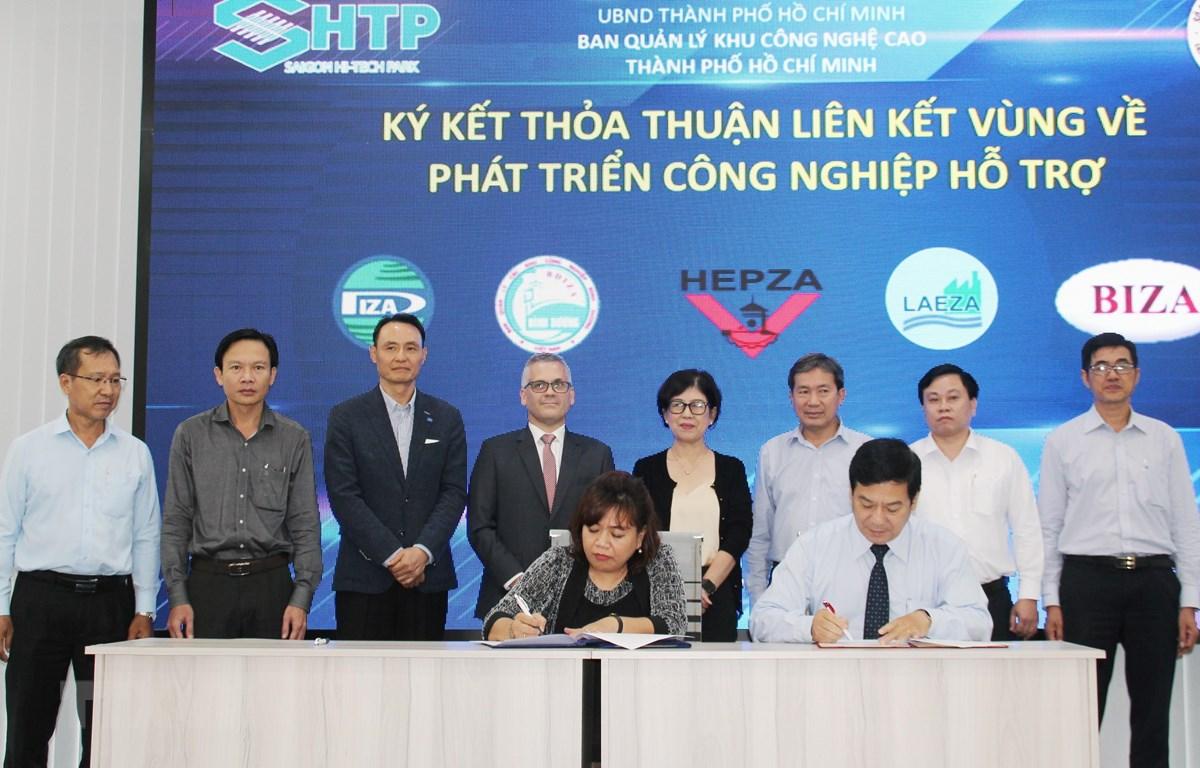 Đại diện Ban quản lý Khu Công nghệ cao Thành phố Hồ Chí Minh ký kết thỏa thuận hợp tác với Ban Quản lý các khu chế xuất-khu công nghiệp-khu kinh tế trọng điểm phía Nam. (Ảnh: Mỹ Phương/TTXVN)
