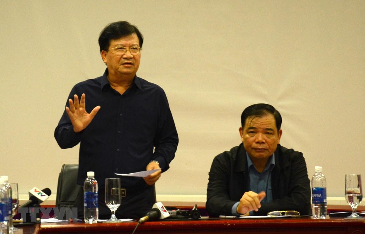 Phó Thủ tướng Chính phủ Trịnh Đình Dũng chỉ đạo cuộc họp tại Sở chỉ huy tiền phương ứng phó với bão số 9 (thành phố Đà Nẵng). (Ảnh: Quốc Dũng/TTXVN)