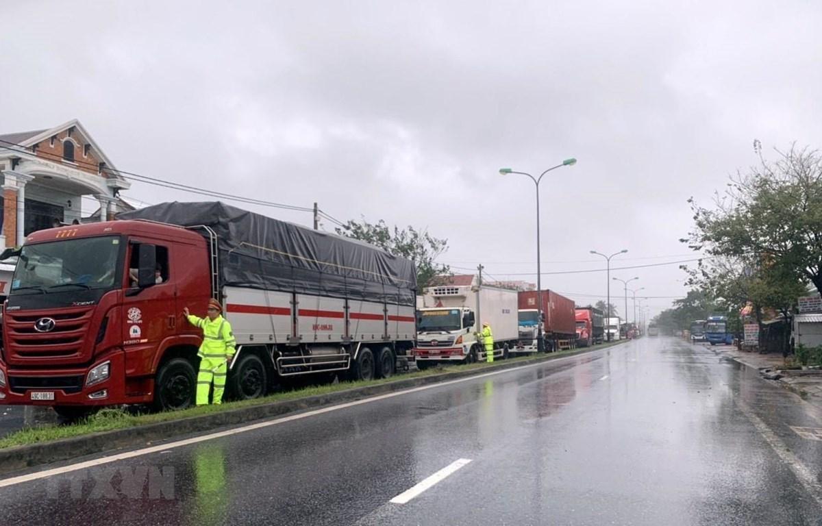 Nhiều xe khách Bắc-Nam đã dừng lại để tránh trú bão số 9 ở thị trấn Lăng Cô, huyện Phú Lộc. (Ảnh: TTXVN phát)