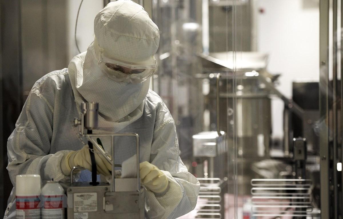 Kỹ thuật viên làm việc tại nhà máy của hãng dược phẩm Mỹ Eli Lilly ở Fegersheim, miền đông nước Pháp. (Ảnh: AFP/TTXVN)