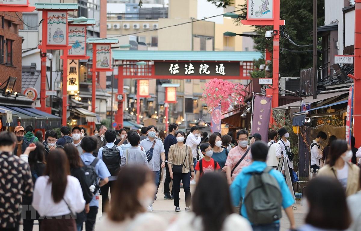 Người dân đeo khẩu trang phòng lây nhiễm COVID-19 tại Asakusa, Tokyo, Nhật Bản, ngày 4/10/2020. (Ảnh: THX/TTXVN)