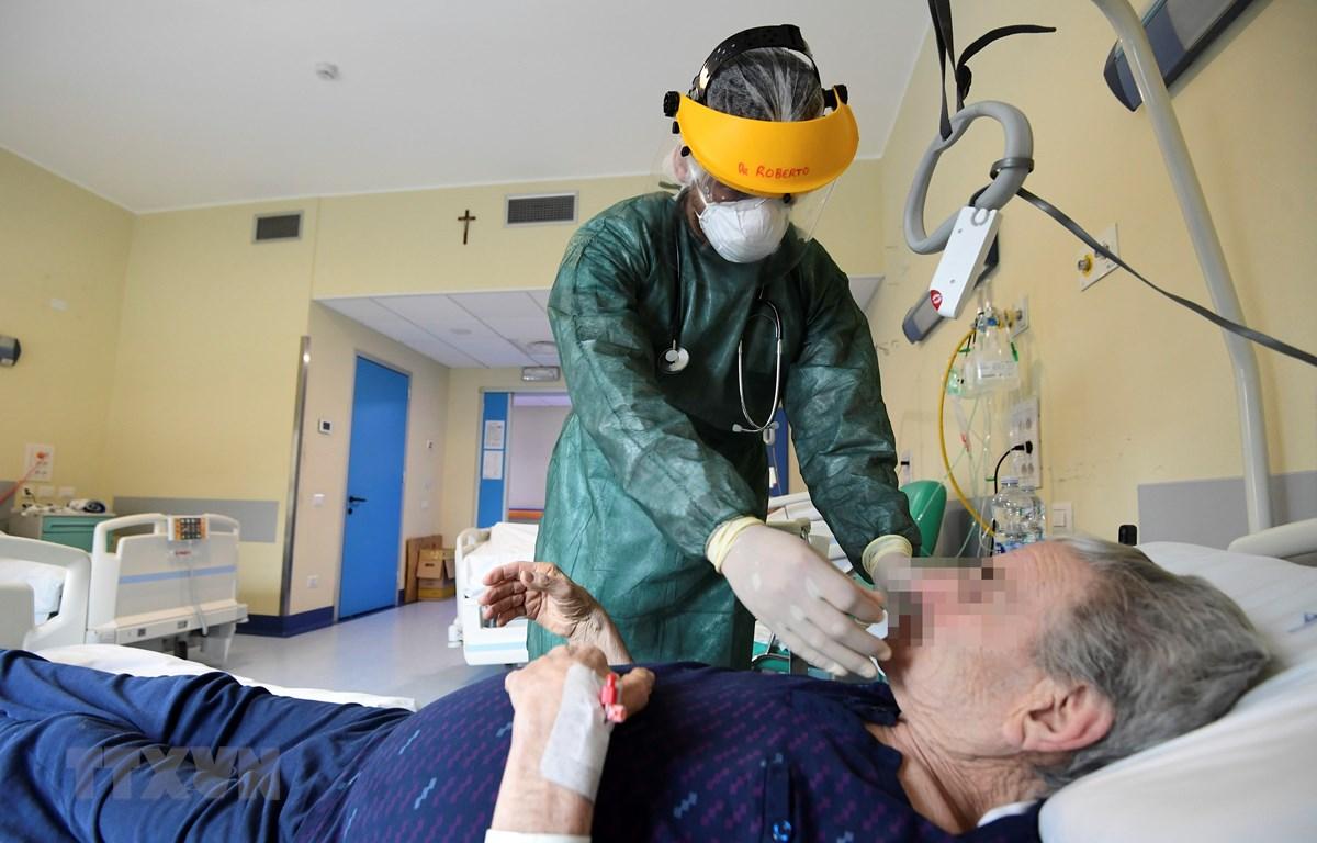 Nhân viên y tế điều trị cho bệnh nhân mắc COVID-19 tại một bệnh viện ở Milan, Italy ngày 15/5/2020. (Ảnh: AFP/TTXVN)