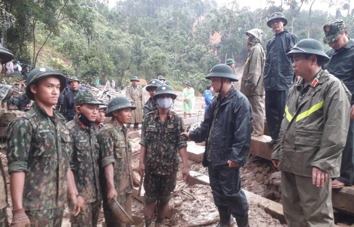 Trung tướng Thái Đại Ngọc, Tư lệnh Quân khu 5 động viên lực lượng tìm kiếm người mất tích. (Ảnh: Đoàn Hữu Trung/TTXVN)