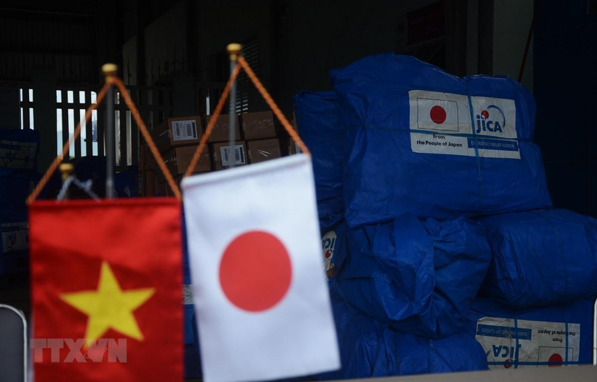 Chính phủ Nhật Bản thông qua Cơ quan Hợp tác Quốc tế Nhật Bản (JICA) chuyển hàng viện trợ tới người dân bị ảnh hưởng bởi lũ lụt tại tỉnh Thừa Thiên-Huế. (Ảnh: Văn Dũng/TTXVN)