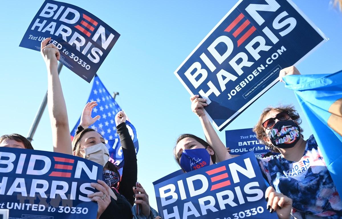 Những người ủng hộ vui mừng trước thông tin ứng viên Tổng thống đảng Dân chủ Joe Biden đắc cử Tổng thống thứ 46 của Hoa Kỳ, tại Wilmington, Delaware ngày 7/11/2020. (Ảnh: AFP/TTXVN)