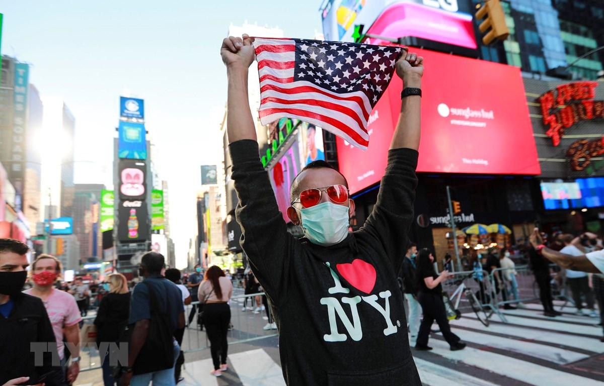 Người dân tập trung tại Quảng trường Thời Đại ở New York, Mỹ, ngày 7/11/2020. (Ảnh: THX/TTXVN)