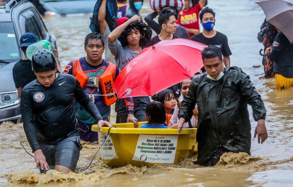 Lực lượng cứu hộ sơ tán người dân khỏi vùng ngập lụt do bão Vamco tại Manila, Philippines ngày 12/11/2020. (Ảnh: THX/TTXVN)