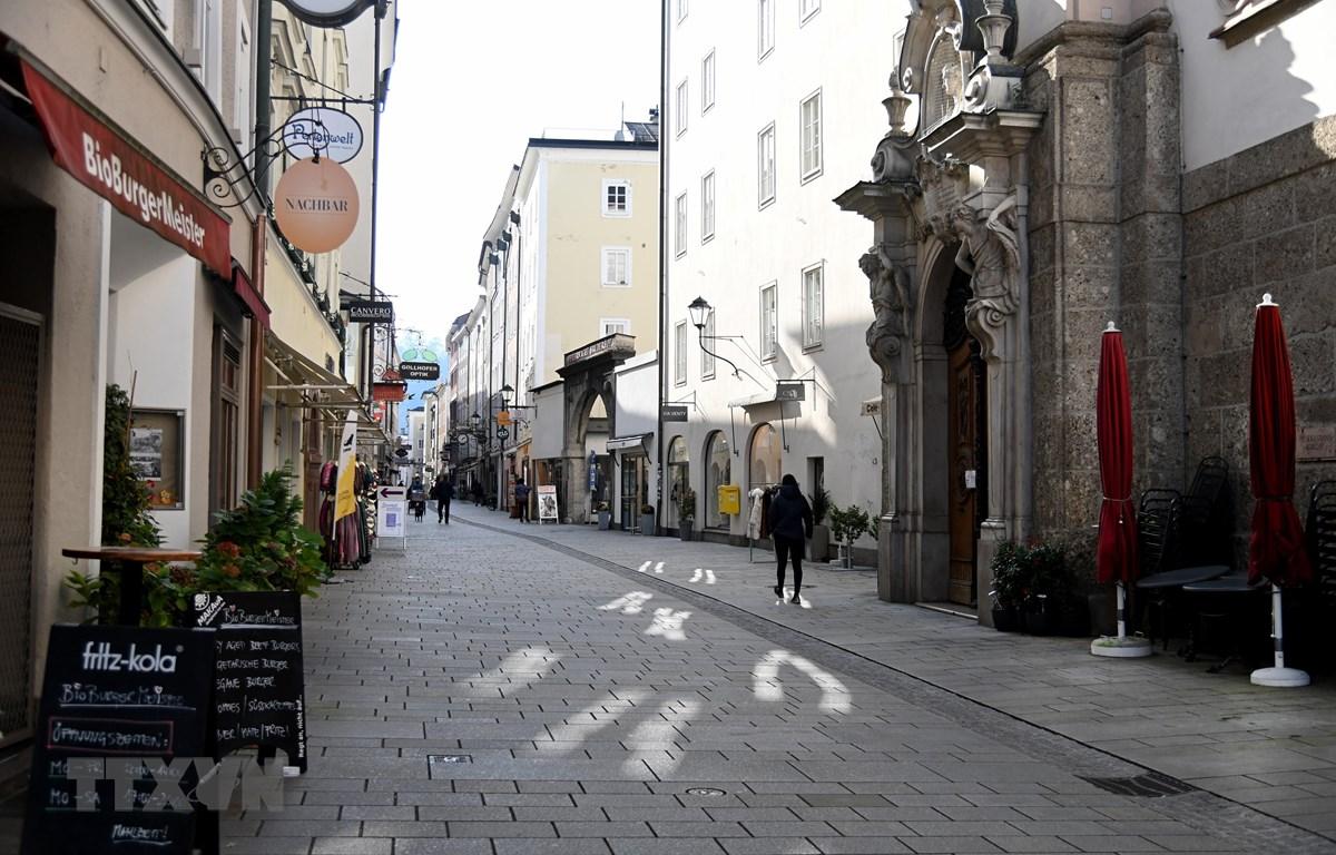 Cảnh vắng vẻ trên một đường phố ở Salzburg, Austria sau khi Chính phủ thắt chặt các biện pháp hạn chế để phòng chống dịch COVID-19. (Ảnh: AFP/TTXVN)