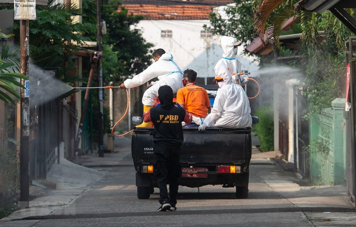 Phun thuốc khử trùng nhằm ngăn chặn sự lây lan của COVID-19 tại Nam Tangerang, tỉnh Banten, Indonesia, ngày 11/11/2020. (Ảnh: THX/TTXVN)