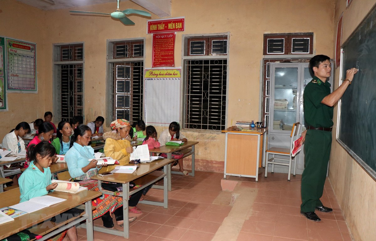 Giờ học tại lớp học xóa mù chữ bản Huổi Pá, xã Mường Lạn, huyện Sốp Cộp. (Ảnh: Hữu Quyết/TTXVN)