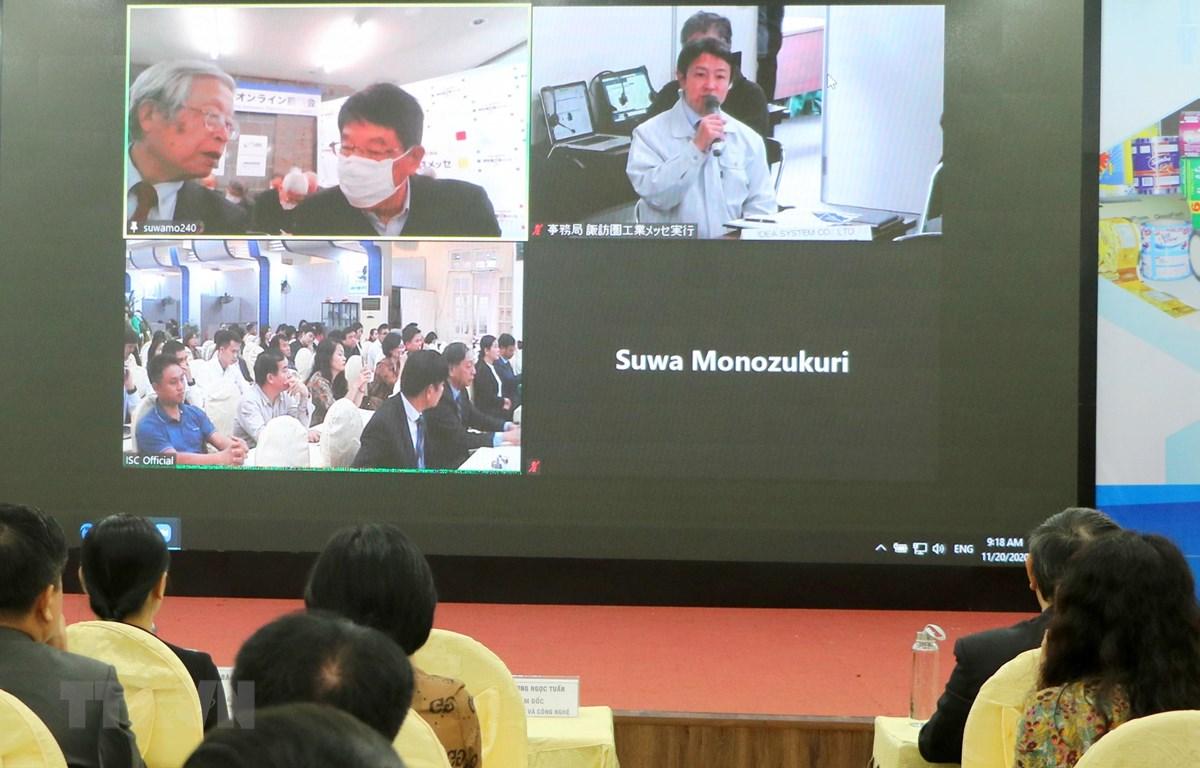 Đại diện doanh nghiệp Nhật Bản giới thiệu về các sản phẩm công nghệ nổi trội. (Ảnh: Minh Thu/TTXVN)