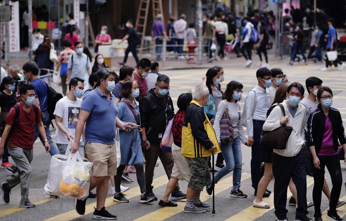Người dân đeo khẩu trang phòng dịch COVID-19 tại Hong Kong, Trung Quốc ngày 21/11/2020. (Ảnh: THX/TTXVN)