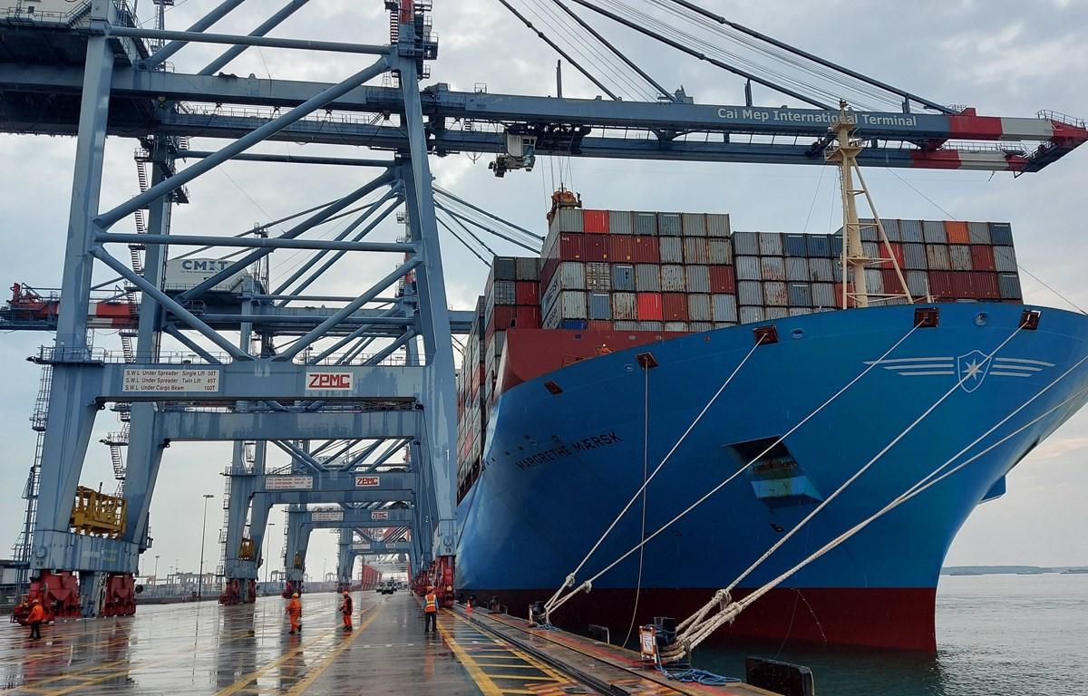 Siêu tàu chở container Margrethe Maersk chuẩn bị cập cảng quốc tế Cái Mép, tỉnh Bà Rịa-Vũng Tàu.. (Ảnh: Ngọc Sơn/TTXVN)