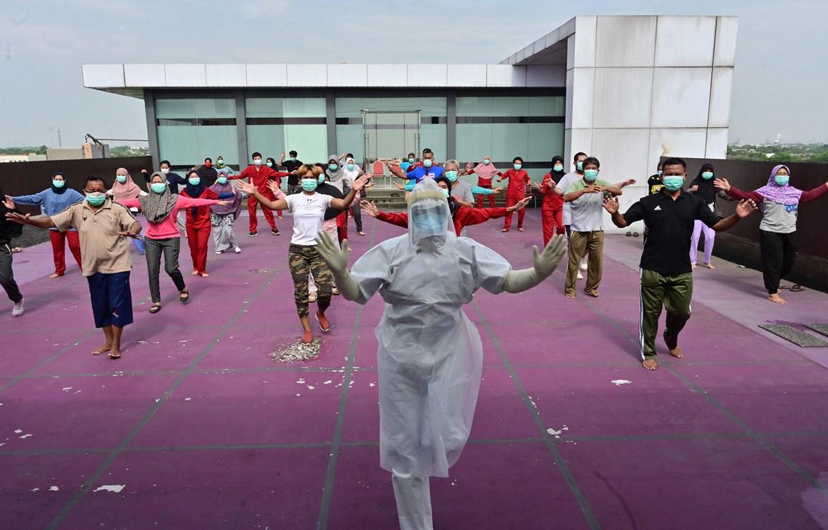 Hướng dẫn người dân phải cách ly tập thể dục để nâng cao sức đề kháng với dịch bệnh. (Nguồn: AFP)