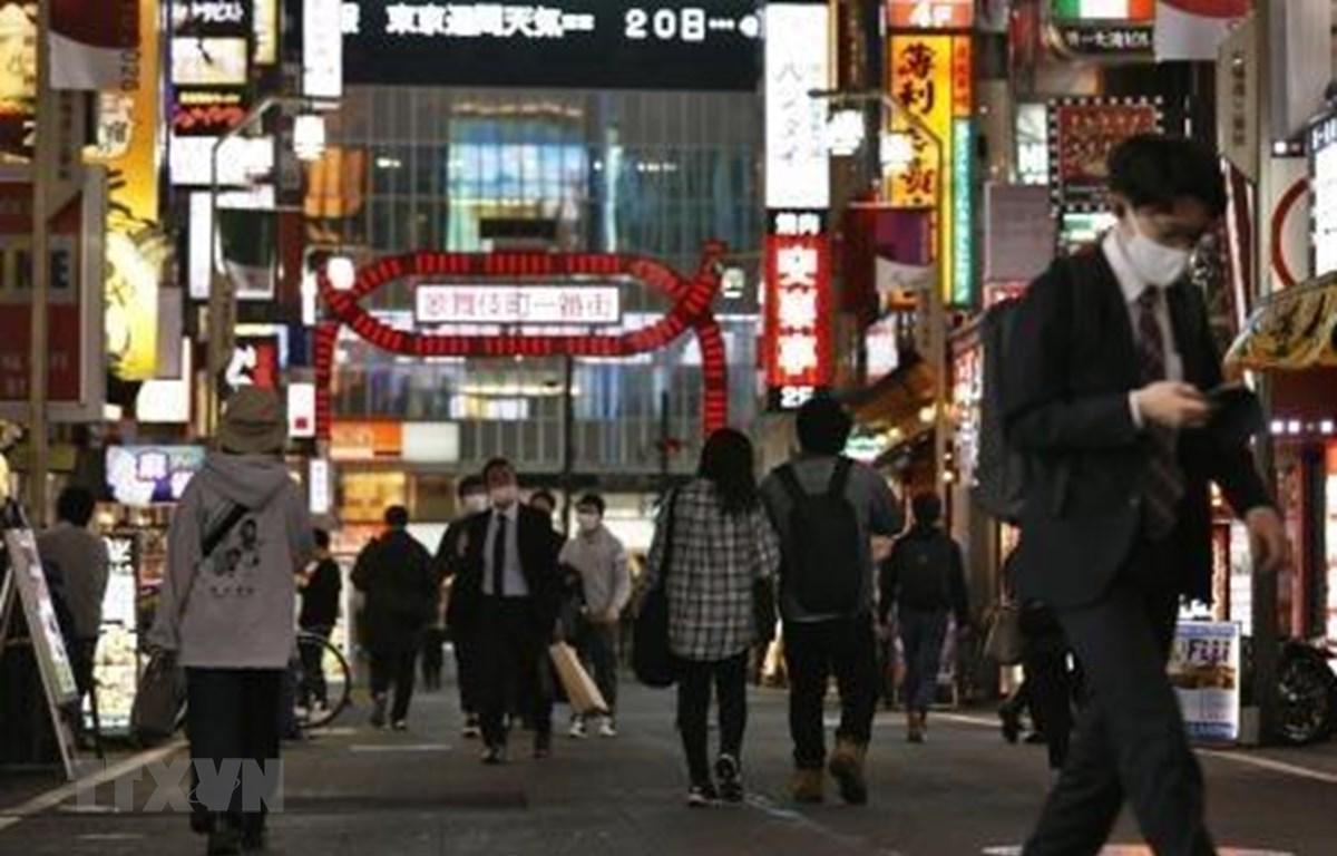 Người dân đeo khẩu trang phòng lây nhiễm COVID-19 tại Tokyo, Nhật Bản, ngày 18/11/2020. (Ảnh: Kyodo/TTXVN)