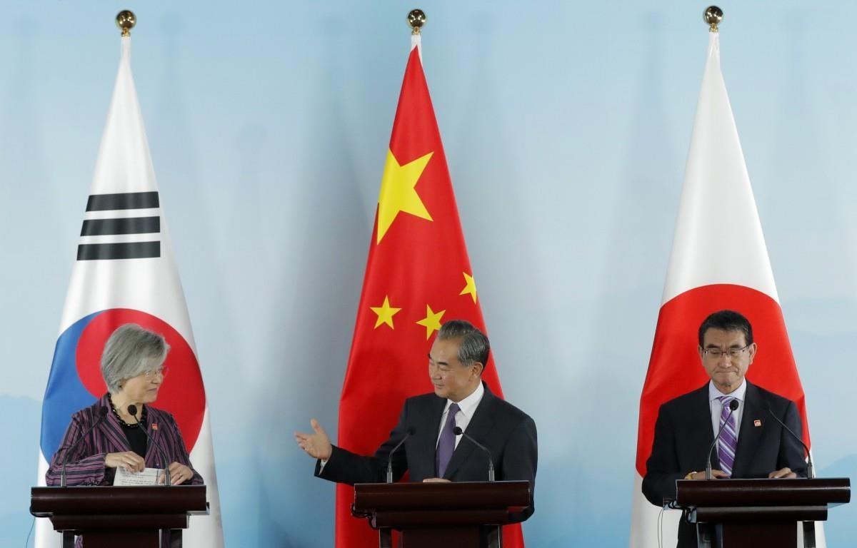 Ngoại trưởng Hàn Quốc Kang Kyung-wha, Ngoại trưởng Trung Quốc Vương Nghị và Ngoại trưởng Nhật Bản Taro Kono tại cuộc gặp ba bên ngày 21/8/2019. (Ảnh: AP)