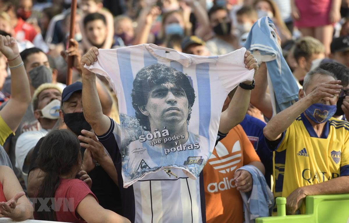 Người hâm mộ bày tỏ niềm tiếc thương trước sự ra đi của huyền thoại bóng đá Diego Maradona, tại Buenos Aires, Argentina ngày 25/11/2020. (Ảnh: AFP/TTXVN)