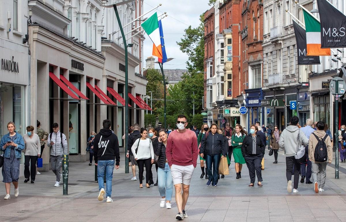 Người dân đeo khẩu trang phòng lây nhiễm COVID-19 tại Dublin, Ireland ngày 18/9/2020. (Ảnh: AFP/TTXVN)