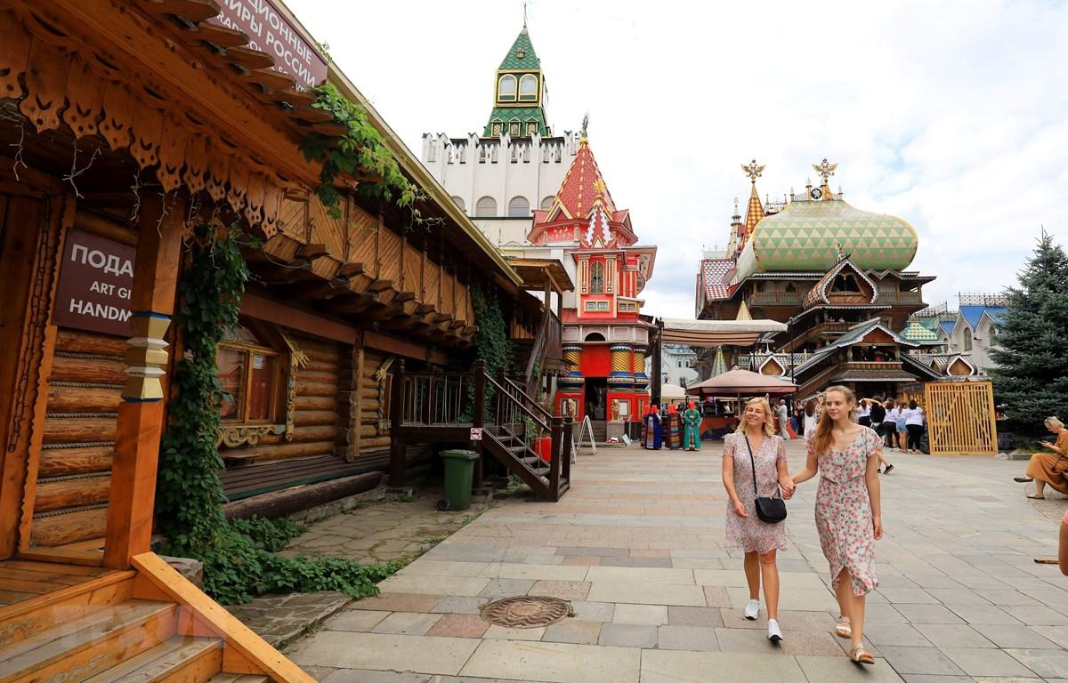 Khách du lịch tham quan những lâu đài cổ kính tại Moskva, Nga. (Ảnh: Trần Hiếu/TTXVN)