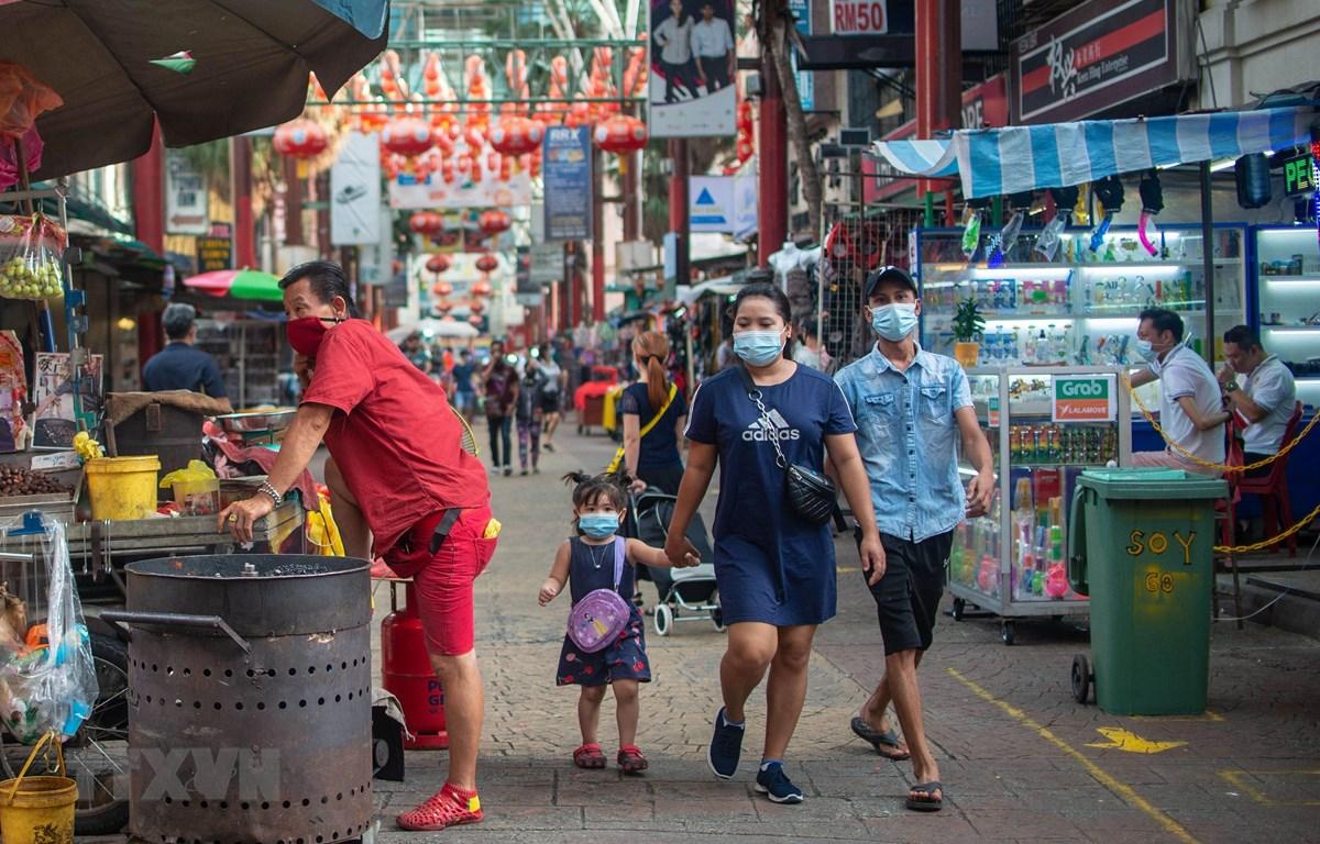 Người dân đeo khẩu trang phòng lây nhiễm COVID-19 tại Kuala Lumpur, Malaysia, ngày 3/11/2020. (Ảnh: THX/TTXVN)