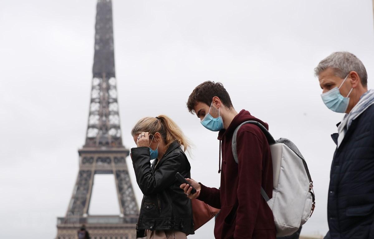 Người dân đeo khẩu trang phòng lây nhiễm COVID-19 tại Paris, Pháp. (Ảnh: THX/TTXVN)