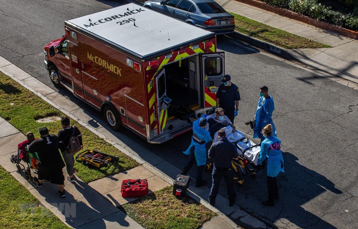 Nhân viên y tế chuyển bệnh nhân nhiễm COVID-19 tới bệnh viện ở Hawthorne, bang California, Mỹ. (Ảnh: AFP/TTXVN)