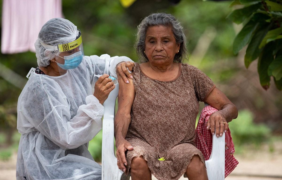 Người dân được tiêm phòng vaccine ngừa COVID-19 gần Manaus, bang Amazonas, Brazil ngày 9/2/2021. (Ảnh: AFP/TTXVN)